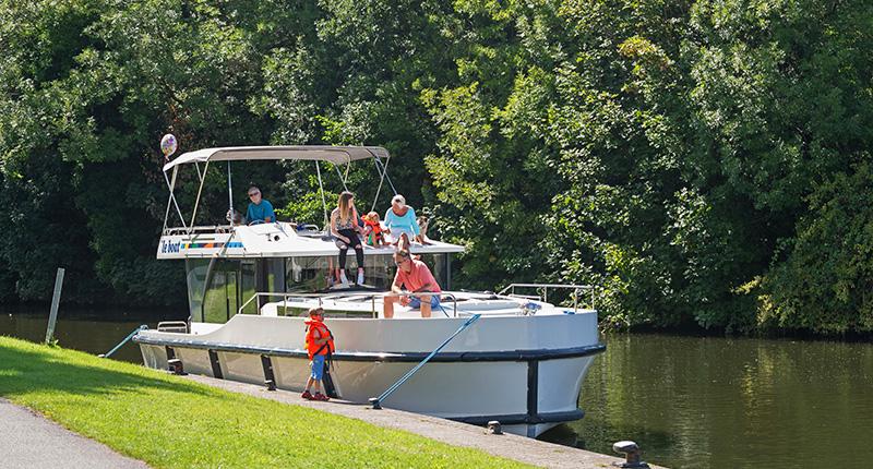 Horizon boat with family