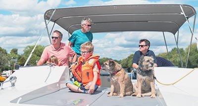 Family on Horizon on the Thames